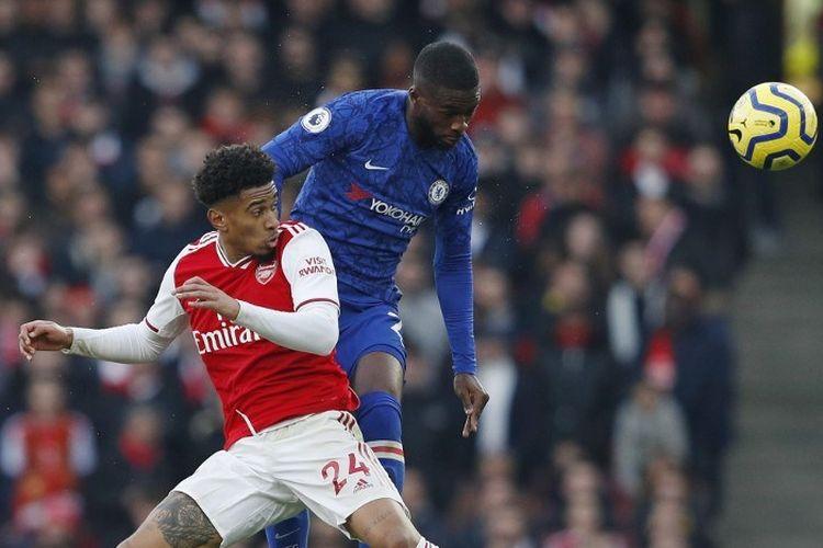Bek Chelsea, Fikayo Tomori, menyundul bola pada laga Liga Inggris kontra Arsenal, Minggu (29/12/2019).