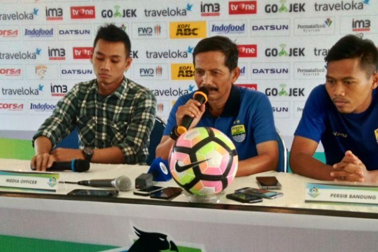 Pelatih Persib Djadjang Nurdjaman saat diwawancarai di Graha Persib, Jalan Sulanaja, Sabtu (10/6/2017)