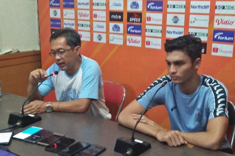 Pelatih Persela Lamongan Aji Santoso (kiri) dan Muhammad Ridwan.