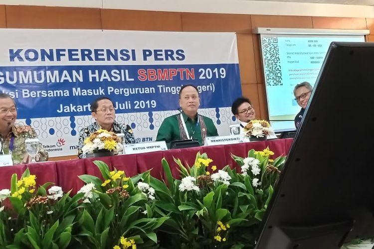 Ketua LTMPT Prof. Ravik Karsidi dan Menristekdikti Mohamad Nasir saat memberikan penjelasan dalam konferensi pers Pengumuman Hasil SBMPTN 2019 di Gedung Kemenristekdikti, Jakarta (9/7/2019).