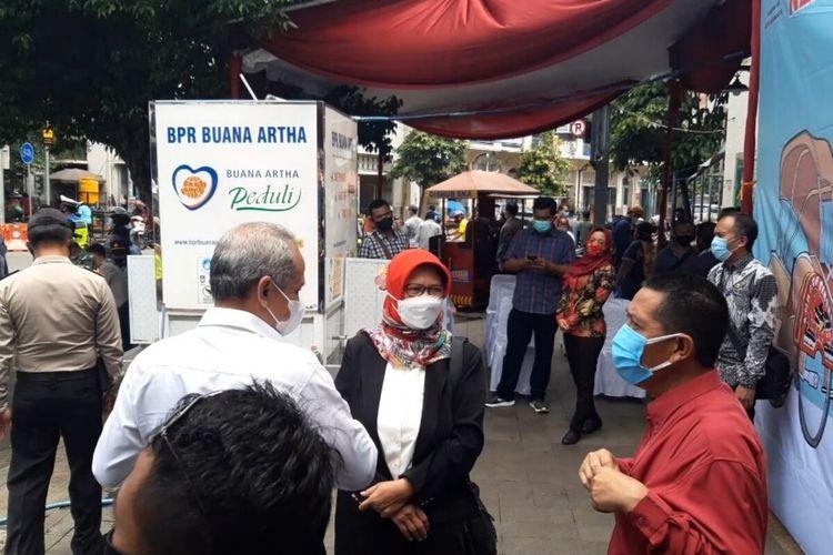 Kepala Dinas Kesehatan Kota Solo Siti Wahyuningsih dan Sekda Solo Ahyani saat meninjau persiapan vaksinasi Covid-19 di Pasar Gede Solo, Jawa Tengah, Jumat (26/2/2021).