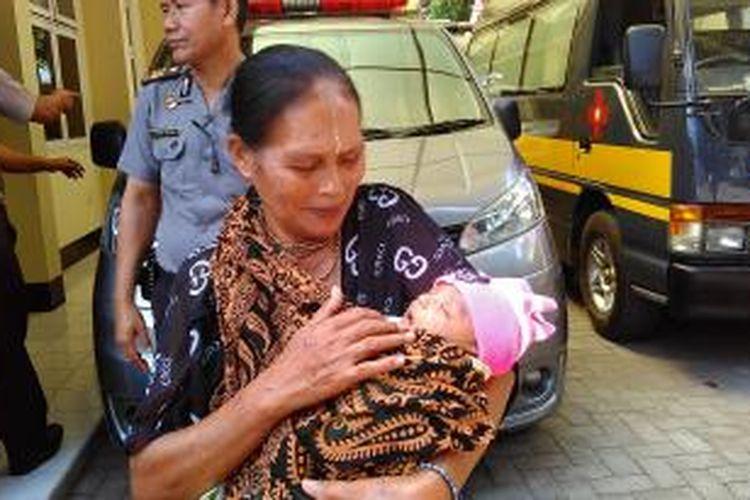 Ariyani saat menggendong bayi laki-laki yang ditelantarkan orangtuanya.