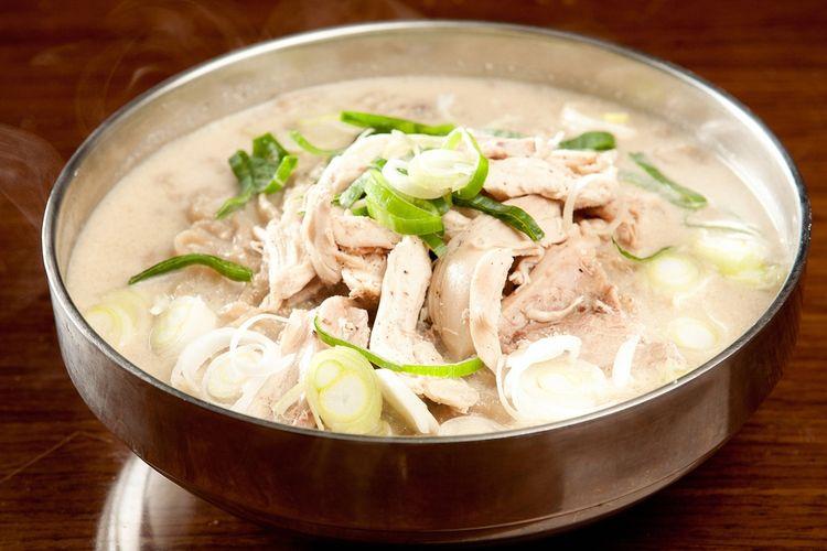 Ilustrasi dak kalguksu, mi potong khas Korea Selatan dengan topping ayam