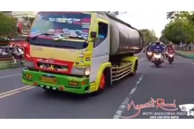 Sebuah video yang menampilkan aksi truk tangki air di Ngawi, Jawa Timur melakukan aksi oleng, viral di media sosial.