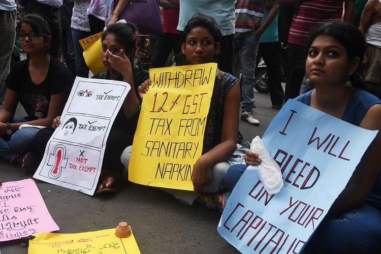 Foto yang diambil pada 16 Juni 2017 ini memperlihatkan para pelajar India menggelar unjuk rasa menentang pajak 12 persen untuk produk-produk kewanitaan.