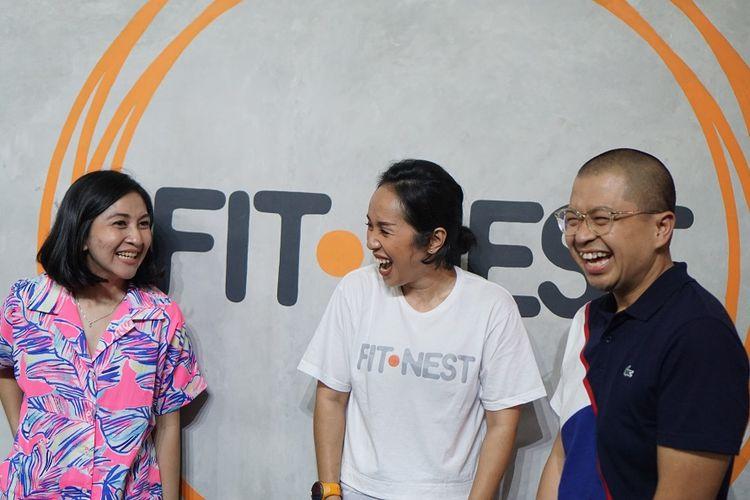 Marcellina Leonora (tengah) -founder dan owner FitNest sedang berbincang dengan presenter dan penyiar radio Kemal Mochtar (kanan) dan istrinya (kiri), di sela peresmian FitNest, di Bogor, Sabtu (18/1/2020).