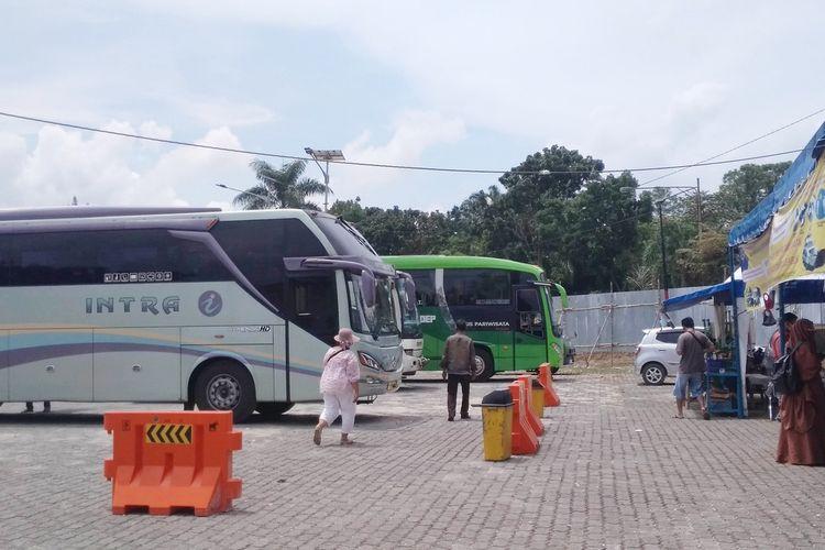Foto: Bus berhenti di Terminal Tipe A Tanjung Pinggir, Kota Pematangsiantar dua hari sebelumnya larangan operasional Bus pada 6-17 Mei 2021.