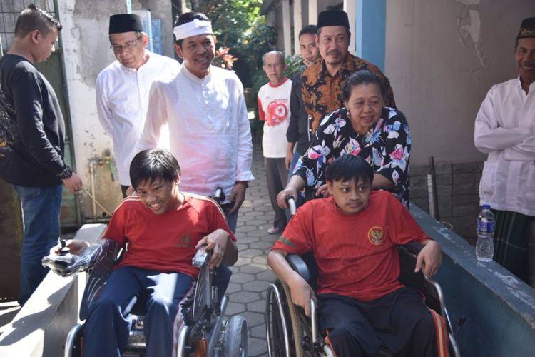 Dedi Mulyadi saat memberikan kursi roda untuk anak disabilitas, Muhammad Bahrudin Yusuf (25) dan Priyo Suprapto (28) di Kota Bandung.