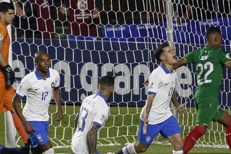 Pemain Brasil Philippe Coutinho (kanan, putih dan biru) berselebrasi setelah mencetak gol saat melawan Bolivia dalam pertandingan grup turnamen sepak bola Copa America di Stadion Cicero Pompeu de Toledo, Sao Paulo, Brasil, pada 14 Juni 2019.