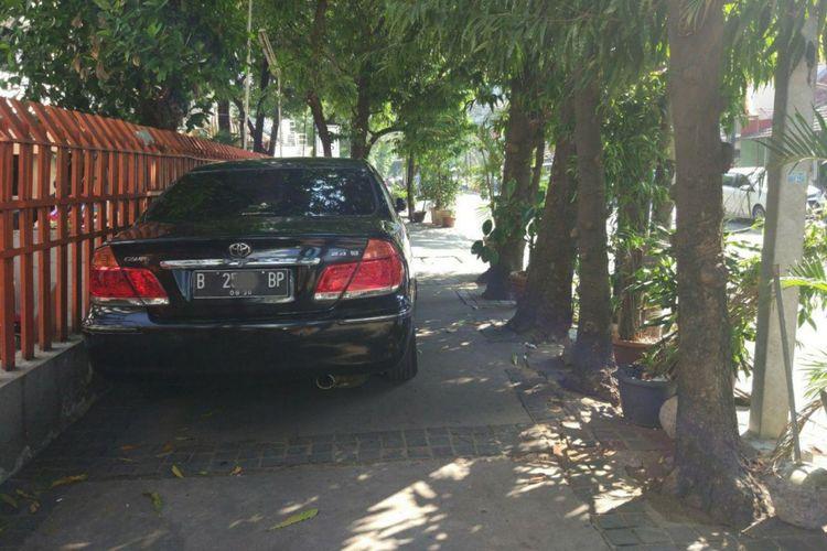 Mobil parkir di trotoar Jalan KH Wahid Hasyim, Menteng, Jakarta Pusat, Jumat (15/9/2017)