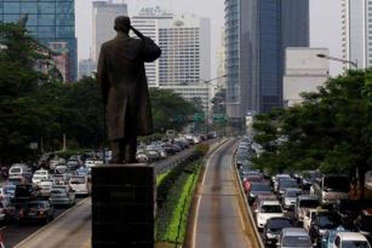 Kemacetan lalu lintas di Jalan Sudirman, Jakarta, Kamis (01/10/2012). Guburnur DKI Jakarta, Joko Widodo berencana mengatasi kemacetan Jakarta dengan menyiapkan infrastruktur MRT, monorel, busway, serta pajak parkir dan pajak beli mobil yang tinggi.