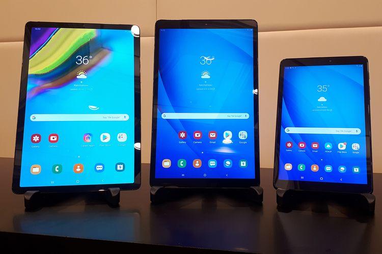 Tablet Samsung Galaxy Tab S5e (kiri), Galaxy Tab A10 (tengah), dan Galaxy Tab A with S Pen dalam acara peluncurannya di Bangkok, Thailand, Selasa (9/4/2019).