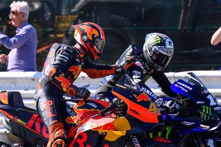 Pebalap MotoGP Pol Espargaro menyelamati Maverick Vinales yang meraih pole position pada GP San Marino di Misano, 14 September 2019.