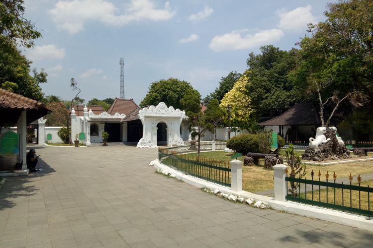 Bagian utama ruang terbuka Keraton Kasepuhan. Di sebelah kanan tampak patung dua singa putih lambang keluarga besar Pajajaran keturunan Prabu Siliwangi.