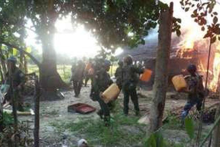 Angkatan Bersenjata Myanmar merilis foto yang memperlihatkan tentara berupaya memadamkan api di rumah yang terbakar di kampung orang Rohingya.