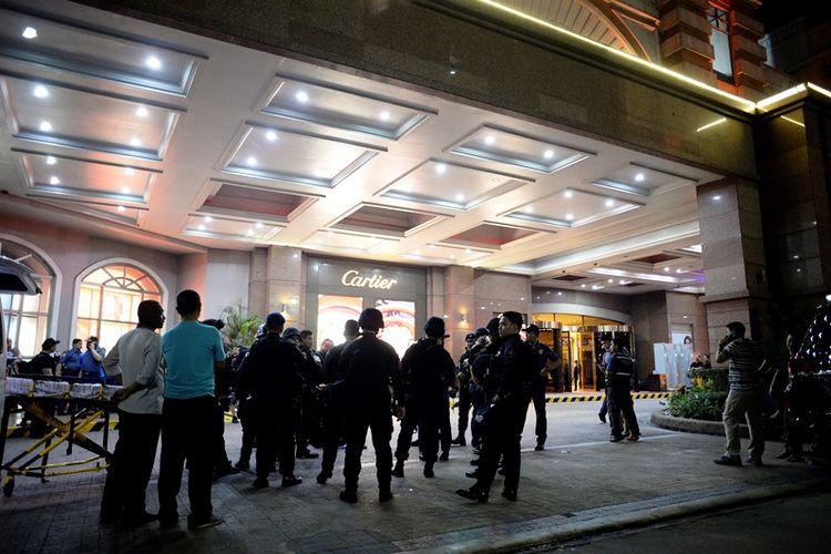 Pasukan khusus kepolisian Filipina bersiaga di hotel Resort World International di Manila tempat serangan kasino terjadi.