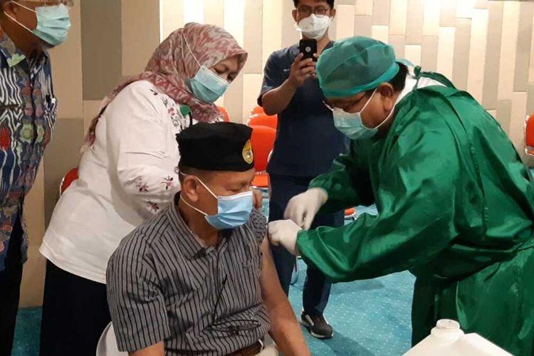 Dirut RSUP M Djamil Padang, Yusirwan memberi vaksin kepada nakes lansia, Kamis (11/2/2021)