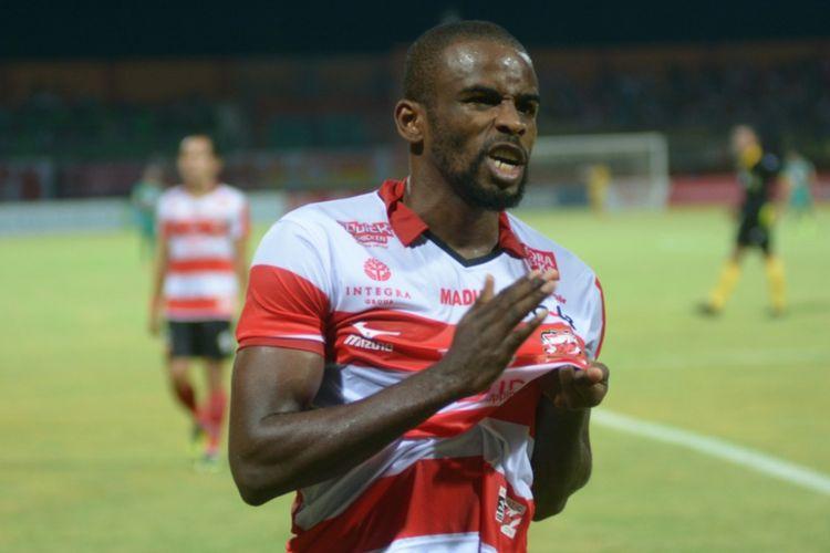 Selebrasi Greg Nwokolo setelah mencetak gol ke gawang Sriwijaya FC, Jumat (22/9/2017).