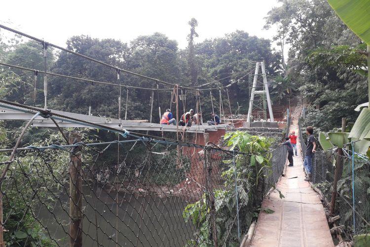 Pembangunan jembatan Indiana Jones di Srengseng Sawah, Jakarta Selatan