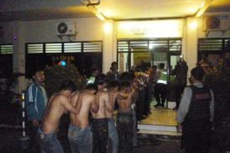 125 anggota GPK Jawa Tengah digelandang ke Mapolres Semarang, Minggu (16/3/2014) dinihari. Polisi sementara menetapkan 24 diantaranya sebagai tersangka penyerangan dan pengrusakan Hotel Citra Dewi, Bandungan, Kabupaten Semarag yang terjadi sabtu (15/3/2014) siang.
