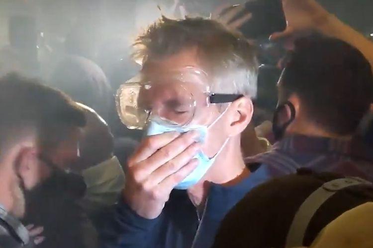 Tangkapan layar dari video yang memperlihatkan Wali Kota Portland Ted Wheeler berada di tengah kerumunan demonstran, dan ditembaki gas air mata. Peristiwa ini terjadi pada Kamis (23/7/2020) pagi waktu setempat.