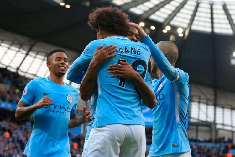 Raheem Sterling merayakan gol Manchester City ke gawang Stoke City bersama Leroy Sane dan Gabriel Jesus di Stadion Etihad, Sabtu (14/10/2017).
