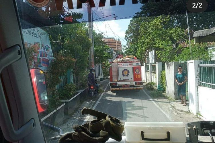 Tangkapan layar mobil pemadam kebakaran mendatangi lokasi kejadian kebakaran dalam unggahan akun Instagram.