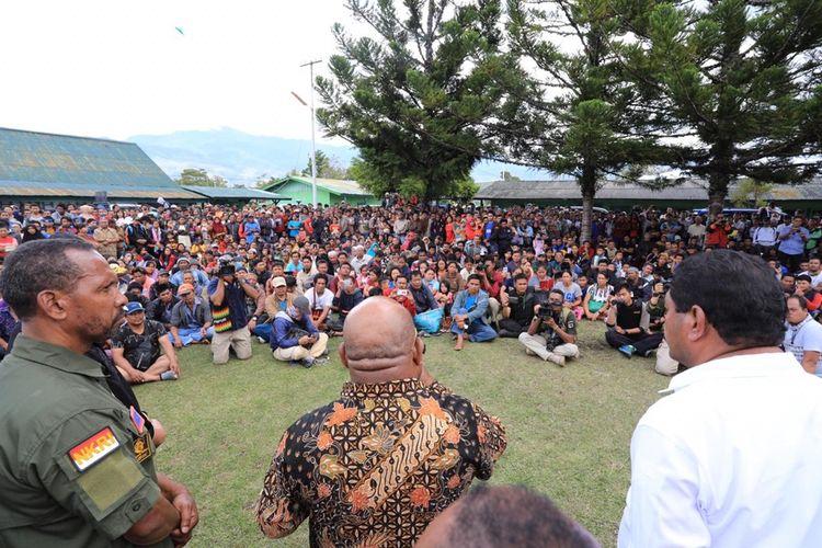 para pengungsi korban kerusuhan Wamena ditemui Gubernur Papua Lukas Enembe, Jayawijaya, Papua, Rabu (25/9/2019)