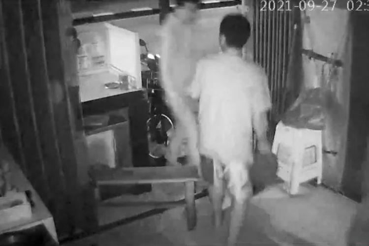 Karyawan toko martabak sekaligus korban perampokan handphone, Supani (31) sempat berusaha akan melawan dan meneriaki para komplotan perampok seusai beraksi di tokonya di kawasan Jalan Raya Cilandak KKO, Ragunan, Pasar Minggu, Jakarta Selatan pada Senin (27/9/2021) sekitar pukul 01.35 WIB.
