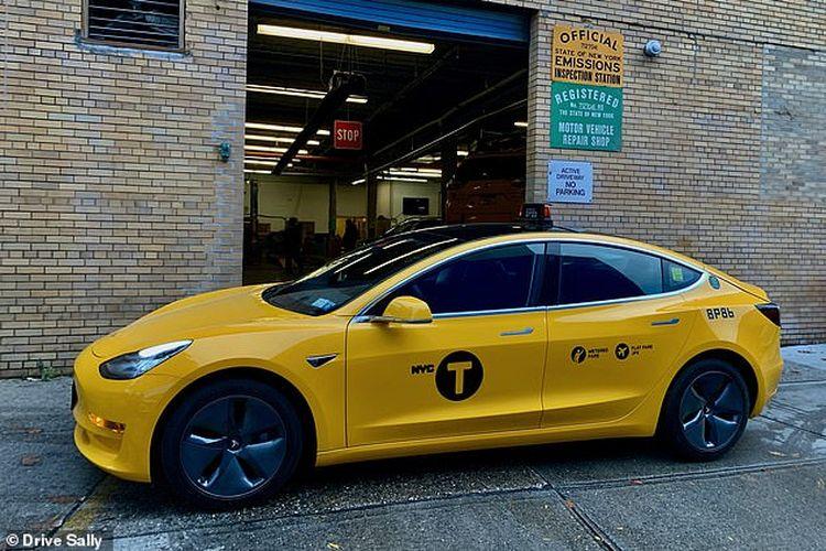 Taksi mobil listrik dari Tesla Model 3 di New York City, AS, yang dioperatori oleh Drive Sally.
