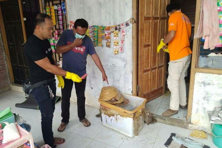 Polisi saat melakukan olah TKP dilokasi mayat korban mutilasi ditemukan.