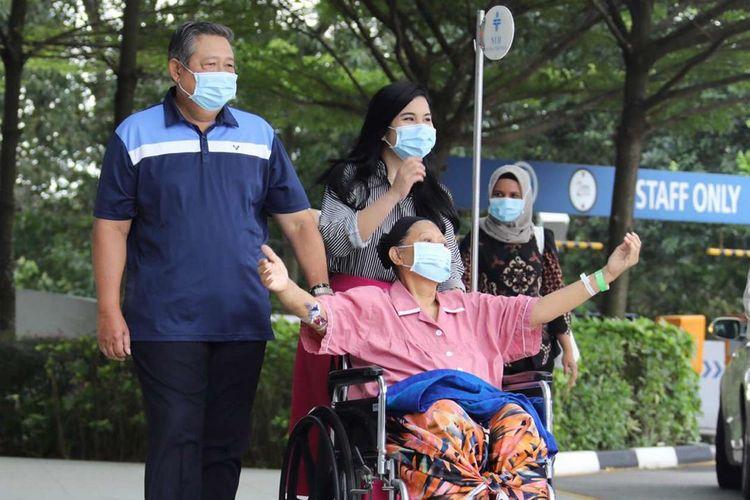 Ani Yudhoyono didampingi oleh Presiden keenam RI Susilo Bambang Yudhoyono dan menantunya Anissa Pohan saat keluar dari ruang perawatan di National Universtiy Hospital, Singapura, Kamis (16/5/2019).