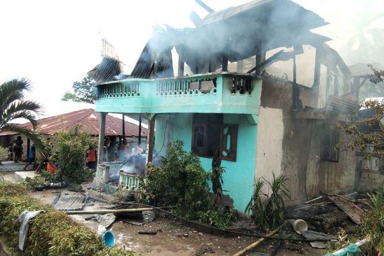 Foto : Rumah milik Lorensisus Sengga warga Desa Wolowiro, Kecamatan Paga, Kabupaten Sikka, NTT hangus dilahap api, Sabtu (8/2/2020).