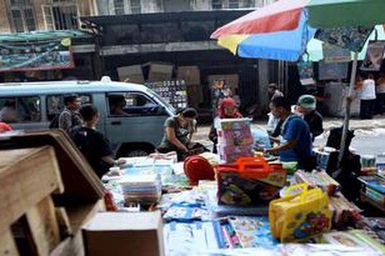 Warga berbelanja aneka kebutuhan yang dijual pedagang kaki lima di Kawasan Pasar Pagi Asemka, Jakarta Barat, Selasa (6/11/2012). Banyak pedagang kaki lima berharap agar biaya sewa lapak tidak terlalu mahal jika nantinya harus pindah ke dalam pasar.