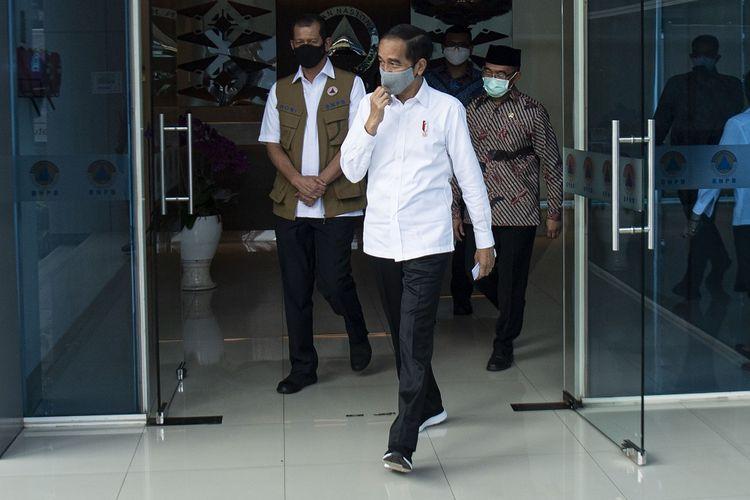 Presiden Joko Widodo (tengah) berjalan didampingi Ketua Gugus Tugas Nasional COVID-19 Letjen TNI Doni Monardo (kiri) dan Menko PMK Muhadjir Effendy (kanan) di Graha Badan Nasional Penanggulangan Bencana (BNPB), Jakarta Timur, Rabu (10/6/2020). Presiden mengunjungi Kantor Gugus Tugas Nasional COVID-19 yang berada di BNPB untuk memantau secara langsung penanganan COVID-19 di tanah air. ANTARA FOTO/POOL/Sigid Kurniawan/aww.