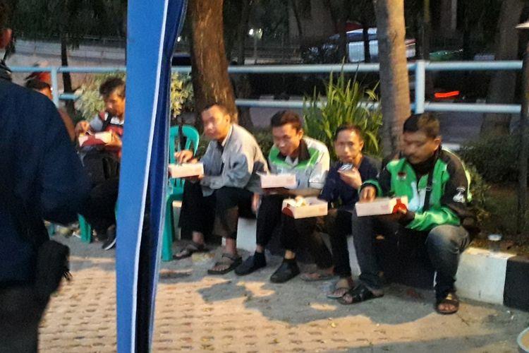 Suasana kegiatan Buka Puasa Gratis di Kantor PT CMNP, Jalan Yos Sudarso, Jakarta Utara, Senin (21/5/2018).