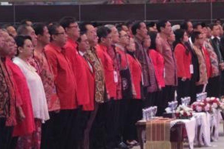 Presiden Joko Widodo bersama Wakil Presiden Jusuf Kalla, Ketua Umum Partai Demokrasi Indonesia Perjuangan (PDI-P) Megawati Soekarnoputri dan menteri-menteri dari Kabinet Kerja, saat menghadiri acara Rapat Kerja Nasional (Rakernas) PDI-P di Hall D JIExpo Kemayoran, Jakarta Pusat, Minggu (10/1/2016).