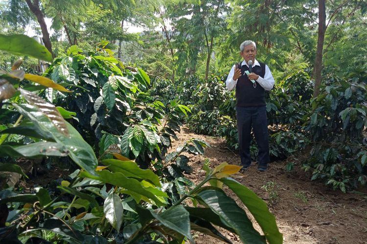 Kepala Agronomis Starbucks Farmer Support Center (FSC) Surip Mawardi saat menjelaskan mengenai area yang ada di lahan FSC, Jumat (8/6/2018).