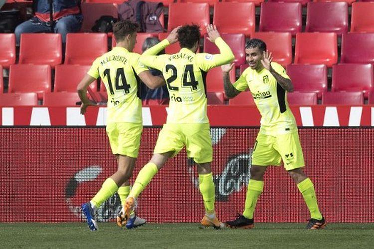 Angel Correa (kanan) melakukan selebrasi seusai mencetak gol pada laga pekan ke-23 Liga Spanyol yang mempertemukan Granada vs Atletico Madrid di Stadion Nuevo Los Carmenes, Sabtu (13/2/2021).