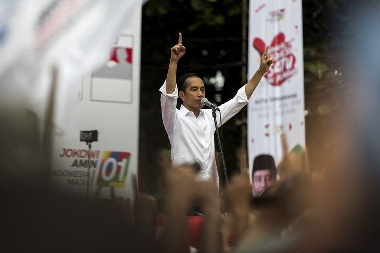 Capres Nomor Urut 01 Joko Widodo menyampaikan pidato saat kampanye Karnaval Indonesia Satu di Tangerang, Banten, Minggu (7/4/2019). ANTARA FOTO/Ismar Patrizki/ama.