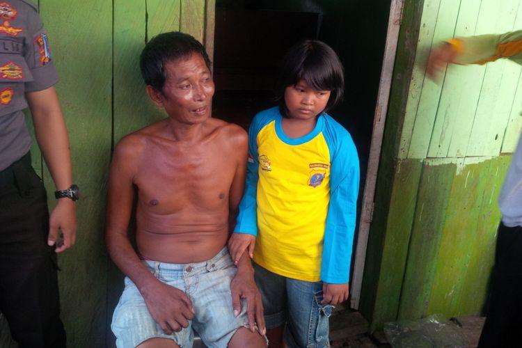 Selfi (10) mendampingi kakeknya yang lumpuh karena stroke.  Selfi terpaksa putus Sewkolah karwena swelain tidak memiliki biaya, dia harus merawat kakeknya tersebut seorang diri. Selfi ditinggal kedua orang tuanya yang merantau kew Negara Malaysia.