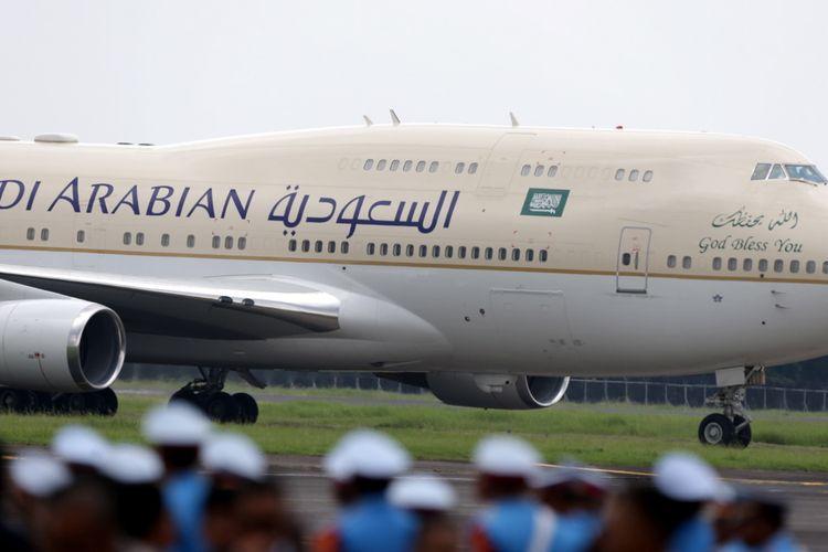 Pesawat Boeing 747 SP yang membawa Raja Arab Saudi Salman bin Abdulaziz al-Saud tiba di Bandara Halim Perdanakusuma, Jakarta, Rabu (1/3/2017). Kunjungan Raja Salman ke Indonesia setelah 47 tahun lalu dalam rangka kerjasama bilateral Indonesia - Arab Saudi.