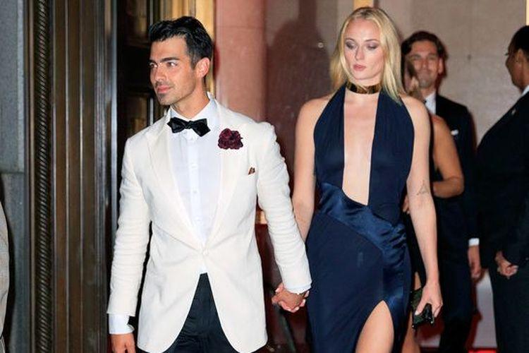 Joe Jonas tampil habis-habisan dalam pesta ulang tahunnya yang ke 30, pada Jumat pekan lalu di Capriani, Manhattan, New York, Amerika Serikat. Pemilik nama lengkap Joseph Adam Jonas, yang lahir pada 15 Agustus 1989 ini menggenakan pakaian bertema James Bond. Dia tampak serasi dengan penampilan sang istri Sophie Turner.