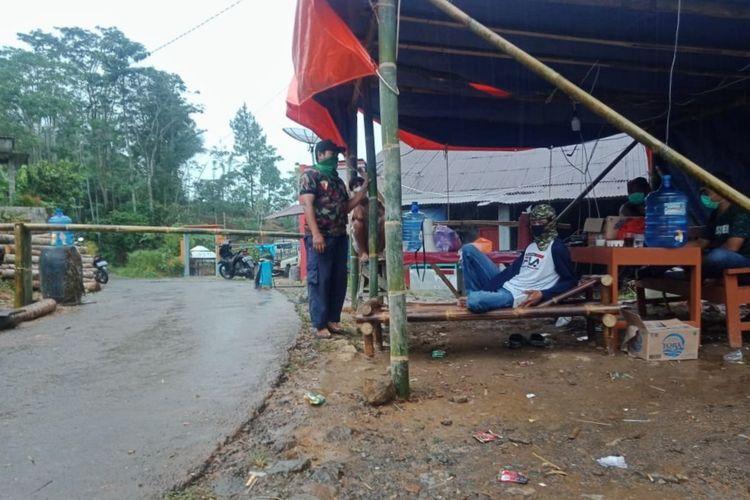 Pemerintah Desa Gunungwuled, Kecamatan Rembang, Purbalingga, Jawa Tengah menerapkan local lockdown untuk mengantisipasi penyebaran virus corona (Covid-19), Sabtu (28/3/2020).