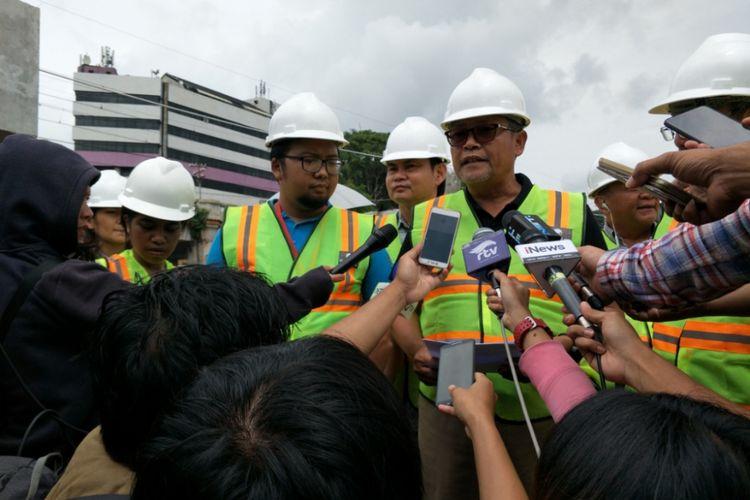 Perwakilan PT Hutama Karya (HK) sebagai perusahaan pelaksana proyek double double track (DDT) menyambangi lokasi jatuhnya crane di kawasan Jatinegara, Jakarta Timur, Minggu (4/2/2018).