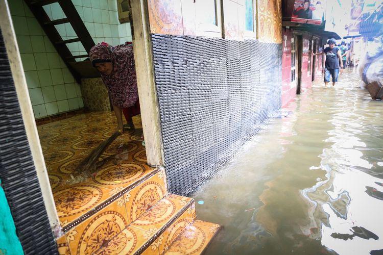 Aktivitas warga saat rumahnya terendam air laut di Kampung Luar Batang, Penjaringan, Jakarta Utara, Selasa (7/11/2017). Permukiman itu terendam air akibat bocornya tanggul yang berada di balik kampung sehingga menyebabkan puluhan rumah di RT 03 RW 03 terendam air setinggi 50 sentimeter. KOMPAS.com/GARRY ANDREW LOTULUNG