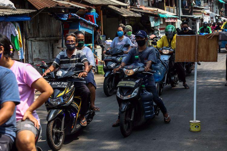 Petugas gabungan dalam Operasi Yustisi Protokol COVID-19 menggelar penggunaan masker dengan baik dan benar di Kawasan Petamburan, Tanah Abang, Jakarta Pusat, Sabtu (19/9/2020). Operasi Yustisi tersebut dilaksanakan untuk menertibkan masyarakat agar lebih disiplin dalam menerapkan protokol kesehatan pencegahan penyebaran Covid-19.