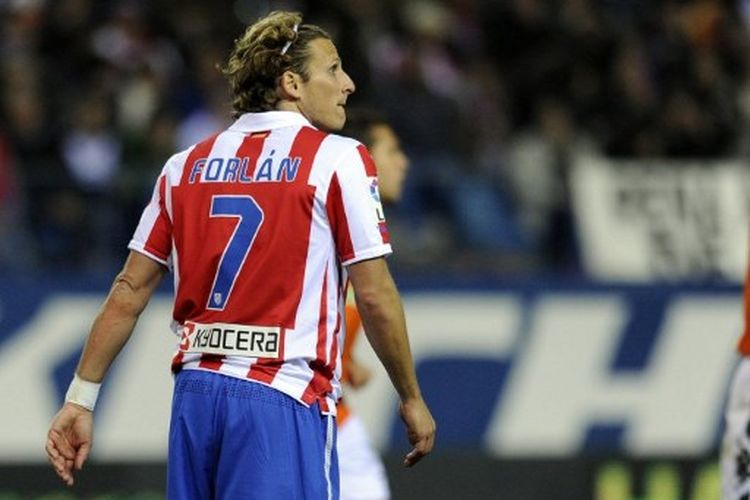 Atletico Madrids Uruguayan forward Diego Forlan reacts after missing a penalty during a Spanish League football match Atletico de Madrid vs. Valencia at Vicente Calderon stadium in Madrid on February 12, 2010.   AFP PHOTO/JAVIER SORIANO. (Photo by JAVIER SORIANO / AFP)
