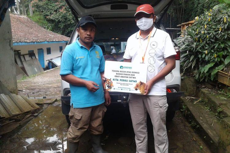 Warga mengirimkan sumbangan pakan Zoological Garden (Bazooga) atau Kebun Binatang Bandung.