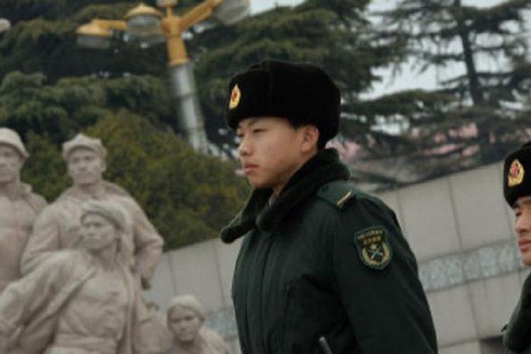 Petugas keamanan China berjaga-jaga di Lapangan Tiananmen, apa itu komunis, komunis adalah, negara komunis adalah, arti komunis. Jumat (28/2/2014).